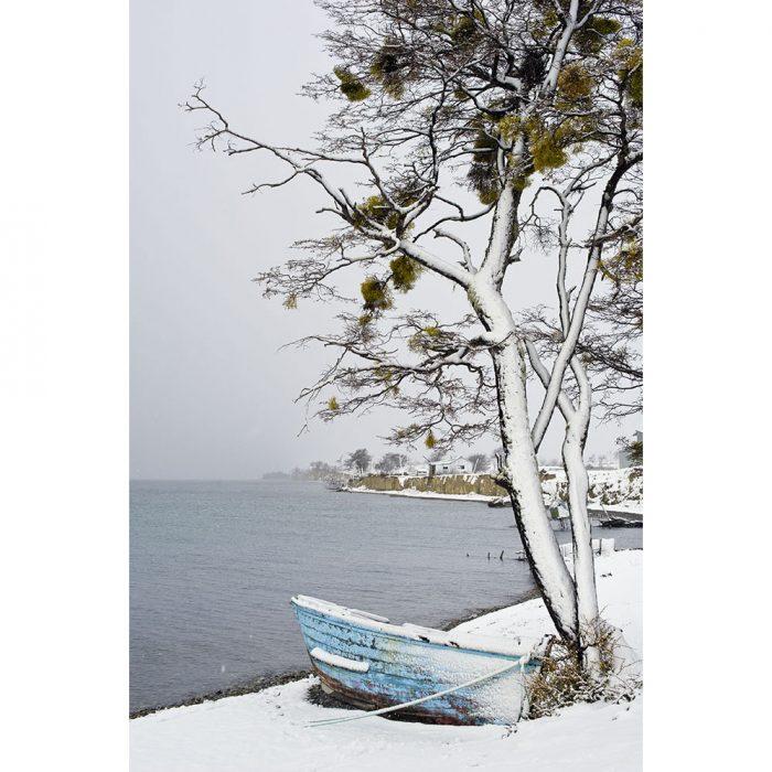foto de un bote o lancha en la nieve frente a un lago en ushuaia argentina 2017