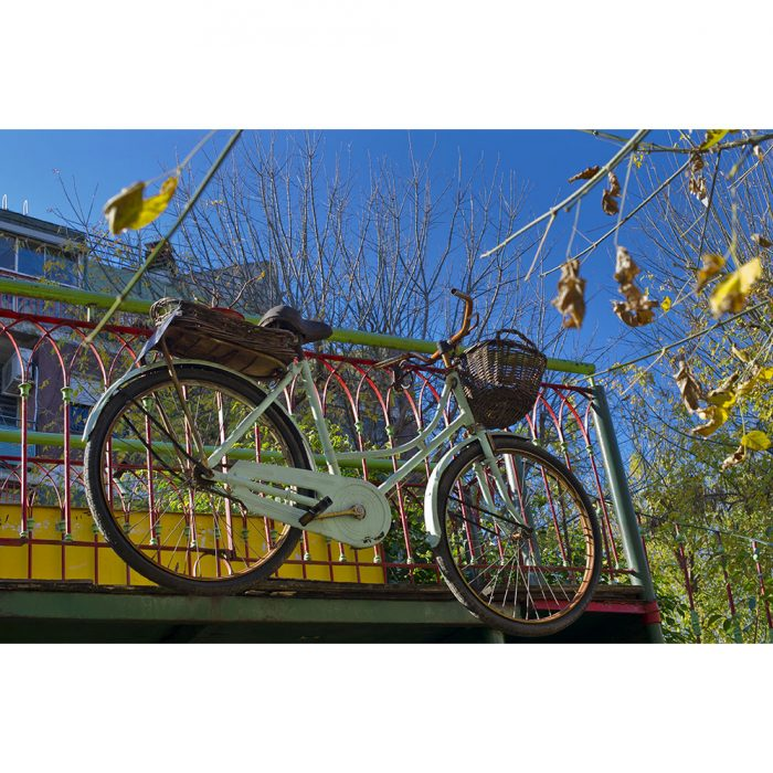 foto de bicicleta voladora de colores colgada en La Boca de Buenos Aires Argentina