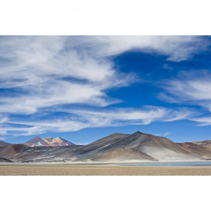 foto de la laguna de piedras rojas en el desierto de atacama chile con cielo muy azul y volcanes