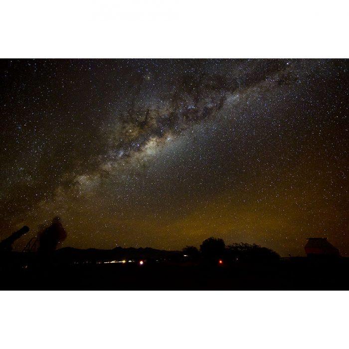 foto nocturna de la boveda celeste con la via lactea y estrellas en el desierto de atacama chile