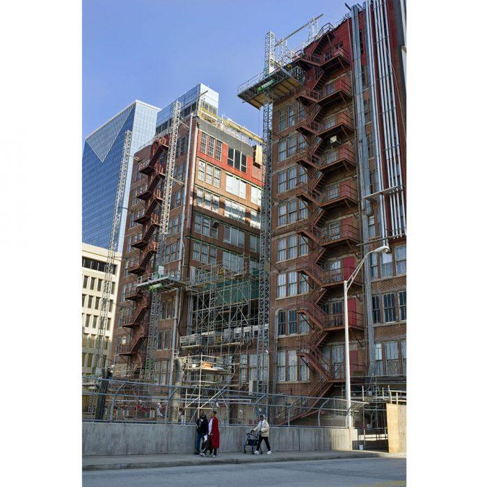 foto de una escena urbana cotidiana en el centro de atlanta entre grandes edificios